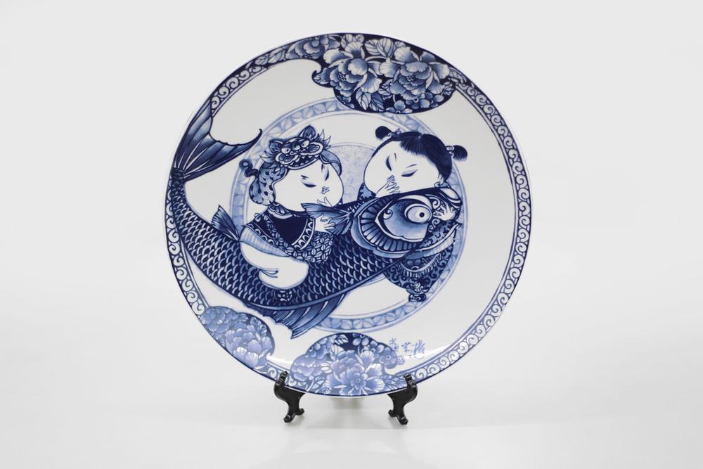 胖娃娃與招財魚,都是體形豐滿者,魚的諧音即為「餘」,有富貴有餘的意義外,兩人為家庭共同打拚的夫妻之情,有餘且知足,更是感情恆長的象徵。   楊莉莉青花:富貴有魚十二吋瓷盤畫   尺寸(直徑x直徑x高):30.5 x 30.5 x 4.0 cm 材質:陶瓷 產地:台灣 包裝:紅黑禮盒 建議售價:2390 元 庫存狀態:正常供應