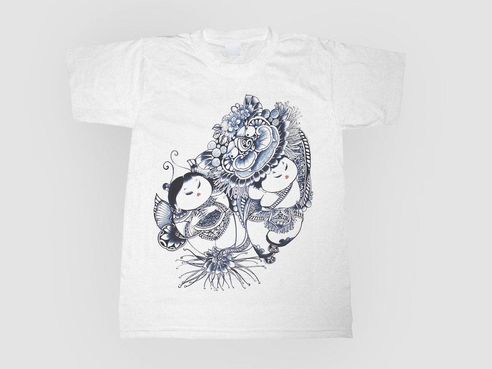選用台灣製造的純棉衣,以胖娃娃扮演的舞獅圖案為題,從中探索東方古典、傳統民俗,揉合在一件輕盈的T-Shirt中,簡單而不平凡。   楊莉莉青花:祥獅獻瑞棉T   規格:S / M / L / XL :(胸圍x袖長x身長x肩寬)  S :96.5 x 20.0 x 66.0 x 43.0 cm M :101.5 x 21.5 x 68.5 x 47.0 cm L :106.5 x 23.0 x 71.0 x 51.0 cm XL:112.0 x 24.0 x 73.5 x 53.5 cm  材質:防水圖案轉印純棉 產地:台灣 建議售價:600 元 庫存狀態:正常供應