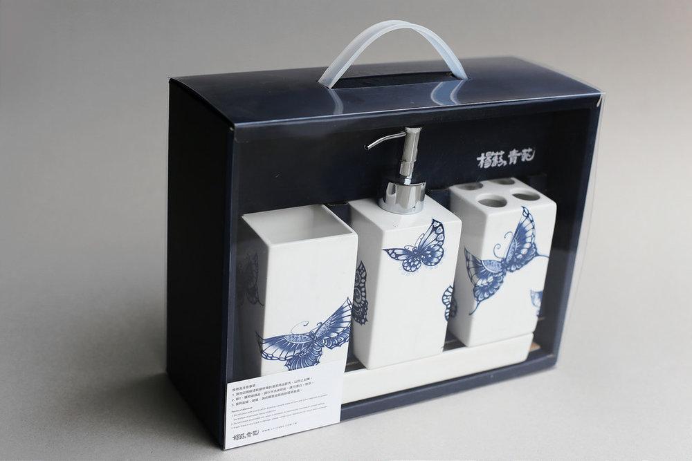 方便浴室裡收納及整理的生活器具,以 陶瓷製作而成, 不用擔心塑膠日久泛黃、熱變形、化學釋放問題,將古典青花瓷,融入現代衛浴生活的最佳商品。   楊莉莉青花:方款陶瓷盥洗組   尺寸(長 x 寬 x 高): 沐浴罐:6.5 x 6.5 x 11.5 cm,容量:350 ml 四槽牙刷收納罐:6.5 x 6.5 x 11.5 cm 無耳杯:6.5 x 6.5 x 11.5 cm 陶瓷底盤:22.0 x 8.0 x 2.0 cm 材質:陶瓷、不鏽鋼 產地:台灣 建議售價:1750 元 庫存狀態:正常供應