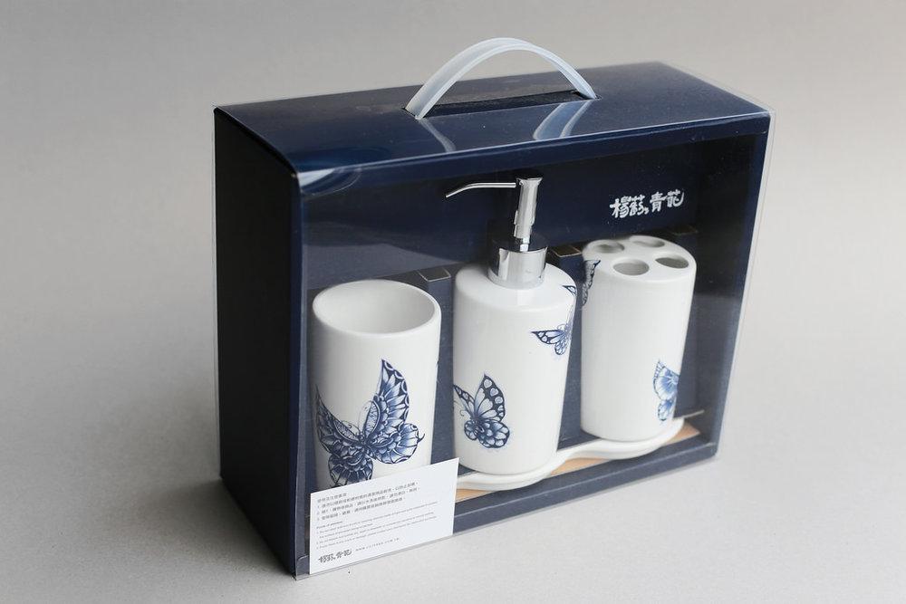 方便浴室裡收納及整理的生活器具,以陶瓷製作而成,不用擔心塑膠日久泛黃、熱變形、化學釋放問題,將古典青花瓷,融入現代衛浴生活的最佳商品。   楊莉莉青花:圓款陶瓷盥洗組   尺寸(長 x 寬 x 高): 沐浴罐:6.5 x 6.5 x 11.5 cm,容量:350 ml 四槽牙刷收納罐:6.5 x 6.5 x 11.5 cm 無耳杯:6.5 x 6.5 x 11.5 cm 陶瓷底盤:22.0 x 8.0 x 2.0 cm 材質:陶瓷、不鏽鋼 產地:台灣 建議售價:1750 元 庫存狀態:即將缺貨
