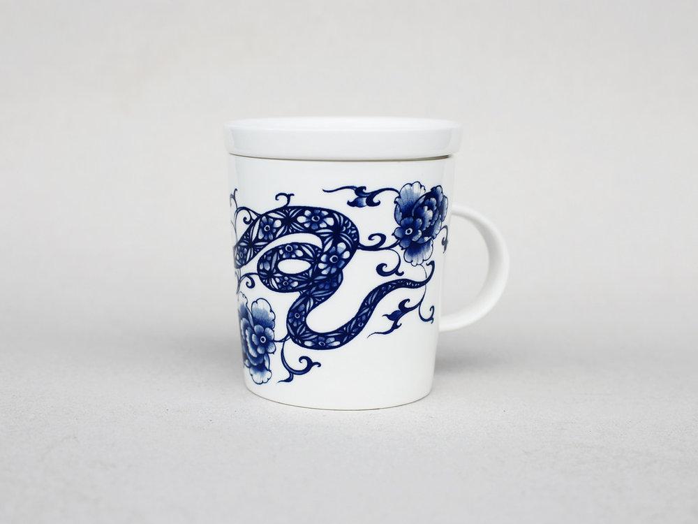在台灣原住民各族的故事中,蛇是祖靈的象徵,是守護人們的角色。在中美洲,羽蛇神是馬雅與阿茲特克文明中,掌管雨水和豐收的神,在繩文時代的日本,對蛇也有農耕神的敬稱。雖然文化各異,人們同樣透過這些神話、傳說故事,尋求與蛇和平共存,並且向神明祈求好兆頭。   楊莉莉青花:蛇生肖杯 - 花蛇綿延   尺寸(直徑 x 直徑 x 高):10.0 x 6.5 x 10.4 cm 材質:陶瓷 產地:台灣 包裝:青花藍白紙盒 建議售價:690 元 庫存狀態:正常供應