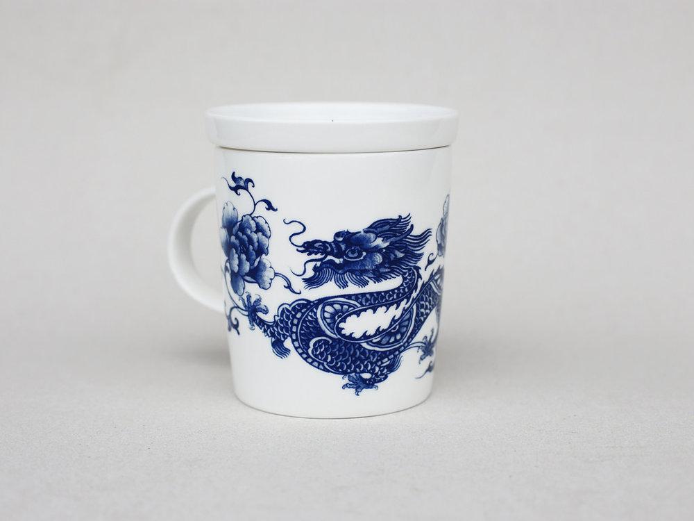 龍是中國神話常見的經典聖獸,也是皇帝象徵。在歷史上各個朝代,帝王稱呼自己為「真龍天子」,與皇帝有關的事物也被印上了龍的標記,如「龍床」、「龍顏」、「龍袍」等。在亞洲文化圈裡的龍,多是騰雲駕霧的姿態現身,例如廟宇的龍柱,可以幫助祛邪、避災與祈福。   楊莉莉青花:龍生肖杯 - 祥龍獻瑞   尺寸(直徑 x 直徑 x 高):10.0 x 6.5 x 10.4 cm 材質:陶瓷 產地:台灣 包裝:青花藍白紙盒 建議售價:690 元 庫存狀態:即將缺貨