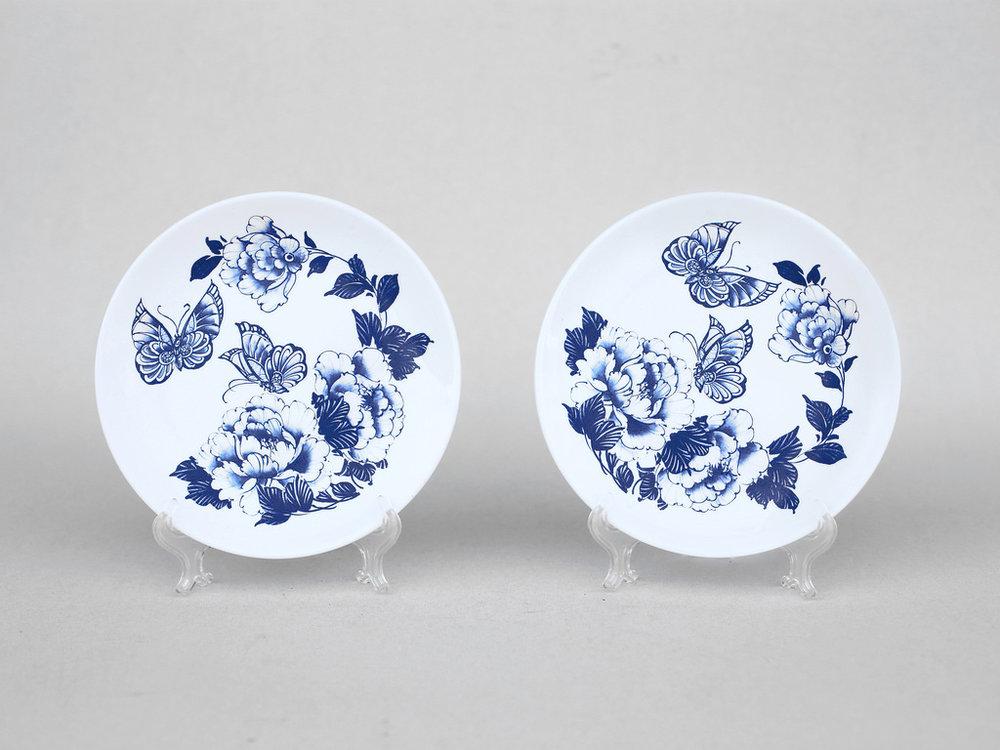 好對盤的構想,出自台灣話「對盤」,意思是指雙方和諧融洽、默契有加。  以楊莉莉老師經典的蝴蝶、牡丹圖案設計一盒兩入盤,適合好友茶聚時盛裝小點心之用,或單純放在桌上作為置物盤,都能帶來青花瓷優雅的古典氛圍。   楊莉莉青花:點心好對盤   尺寸(直徑 x 直徑 x 高):18.0 x 18.0 x 2.0 cm 材質:陶瓷 產地:台灣 包裝:棕黃牛皮紙盒 建議售價:690 元 備註:無盤架 庫存狀態:即將缺貨
