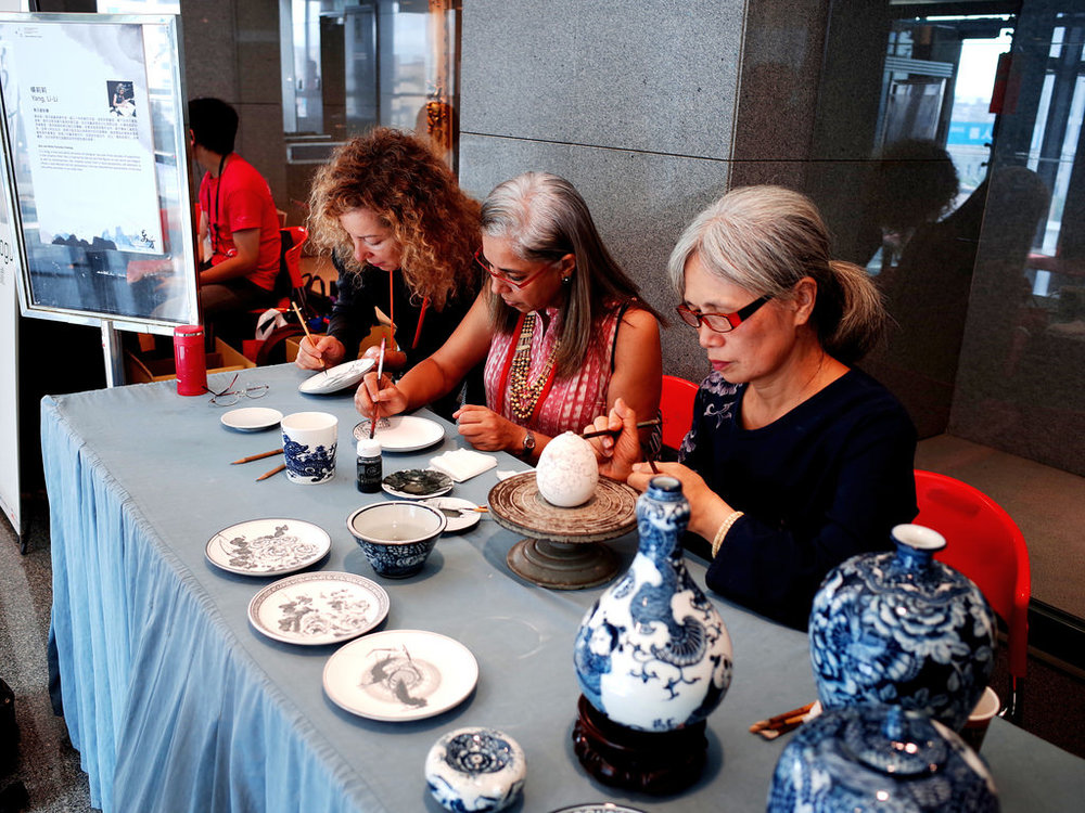 IAC國際陶藝學會會員大會   IAC是瑞士陶瓷與玻璃博物館館長亨利·雷諾(Henry J. Reynaud)於1953年成立,其會員來自56個不同國家,目前已經超過680位會員。成立宗旨在於促進全球各地陶藝界的交流與合作,推廣陶瓷藝術,提升陶瓷專業水準,藉由研討會、展覽及出版品等通路達到傳遞陶藝文化的目標,是全世界最主要的陶藝相關組織。