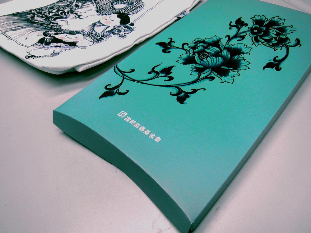 富邦基金會   聯名商品設計,推出《祥龍獻瑞》限量版慈善帆布包。