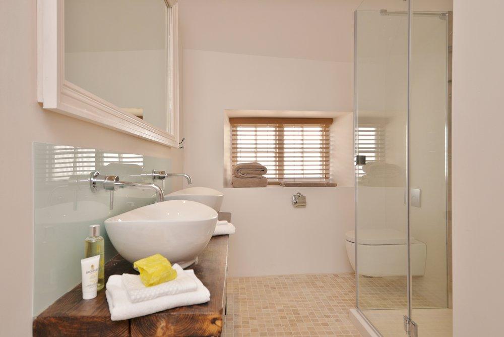 Bedroom 2 shower (4).jpg