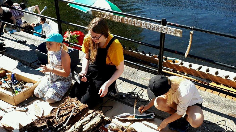 Verksteder - Vi holder en rekke ulike verksteder for barn og voksne. Fra konstruksjon av barkebåter og figurer, til kurs i formidlingsteknikk og teatermetode.