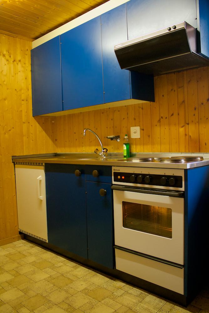 Keuken met elektrische kookplaat en oven.