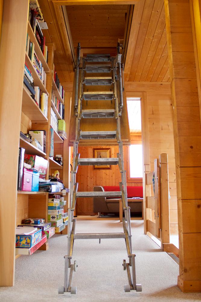 De uitvouw trap naar de zolder.