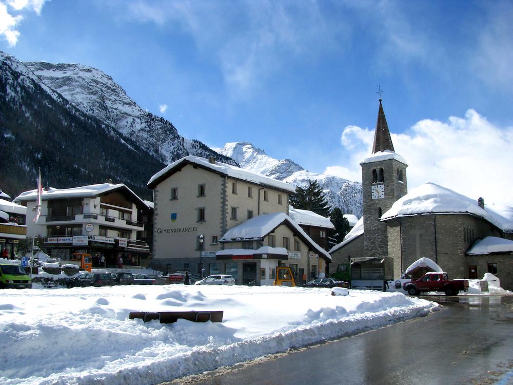 Het Dorfplatz van Grächen in de winter.