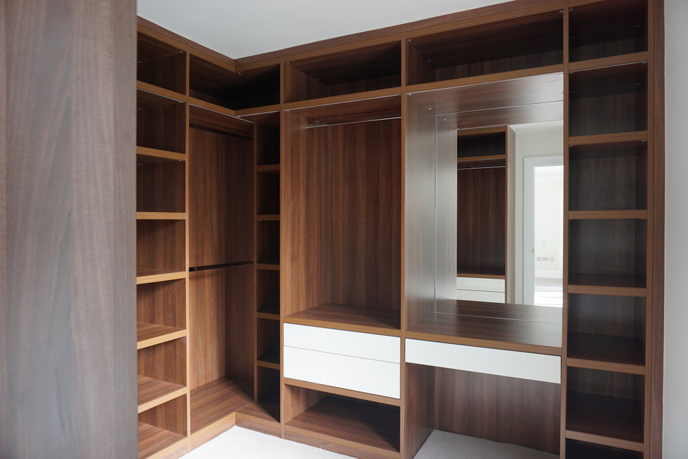 Walnut Walk In - Cream High Gloss Lacquer Drawer Fronts(5).jpg