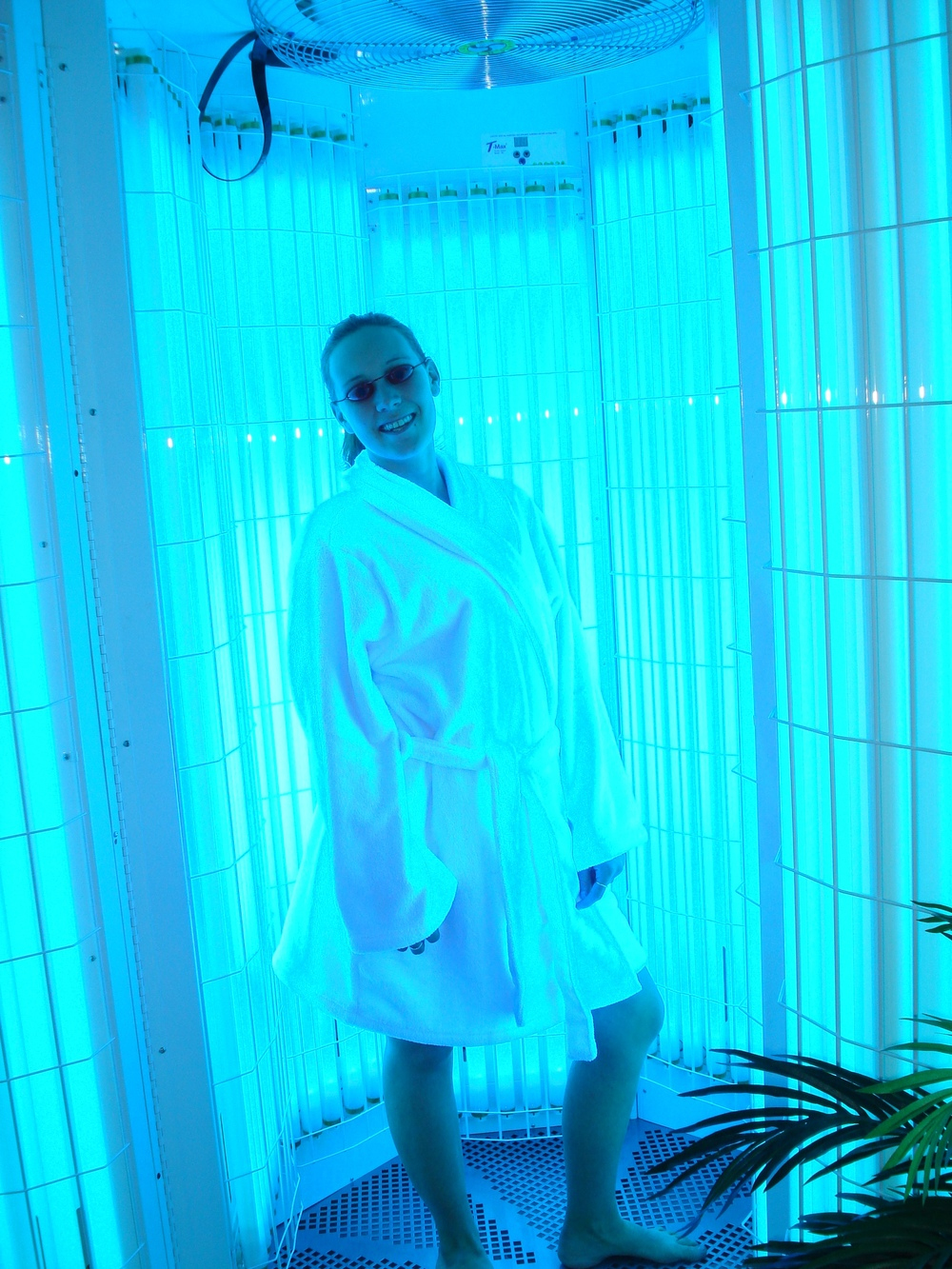 Stand up tanning bed