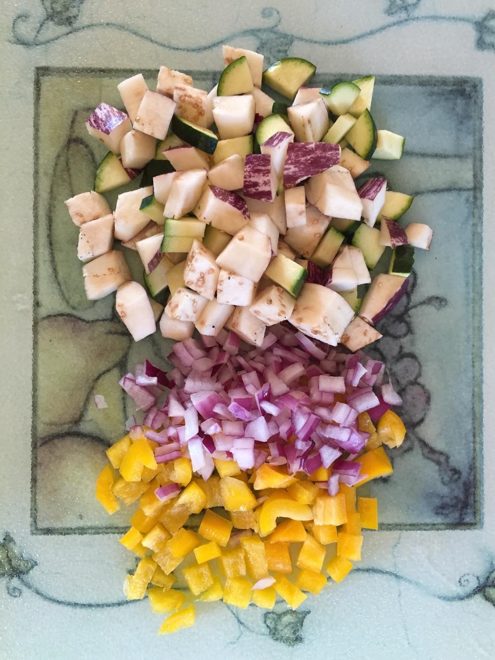 Cortamos los vegetales en cuadritos.