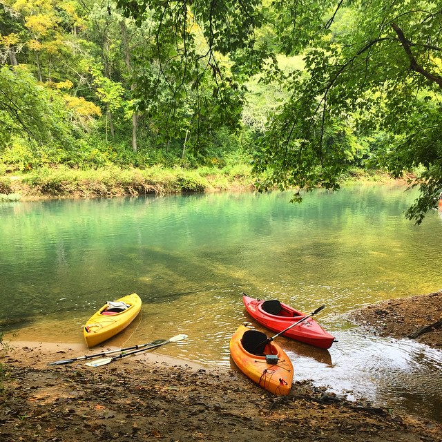#goodtimes #kayaks #floating #floattrip #eminenceMO #empireeverywhere #jacksforkriver #circlebcampground #camping #bluewater #crystalclear #jimall #missouri #scenicriverway @swoldy_locks #gooutside #killyourtv #greatoutdoors