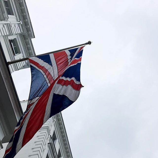...british sky! .. #krisieleoliveira #londres #brasileiroslondres #london #bandeira