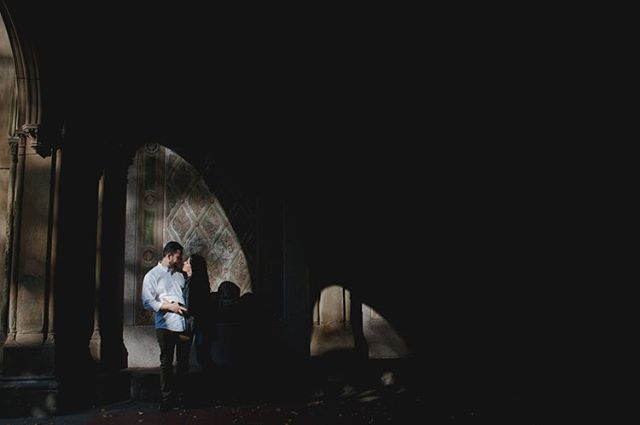 love & shadows 🖤 O pré-casamento da Rebeca e do Paulo está saindo do forno! .. #krisieleoliveira #novayork #nycprewedding #nyesession