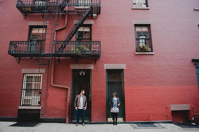 West Village, suas cores e seus amores ❤️ .. #krisieleoliveira #ensaiofotograficoemnovayork #fotografobrasileiroemny #westvillage #novayork #novaiorque #ensaiocasal #noivasemny