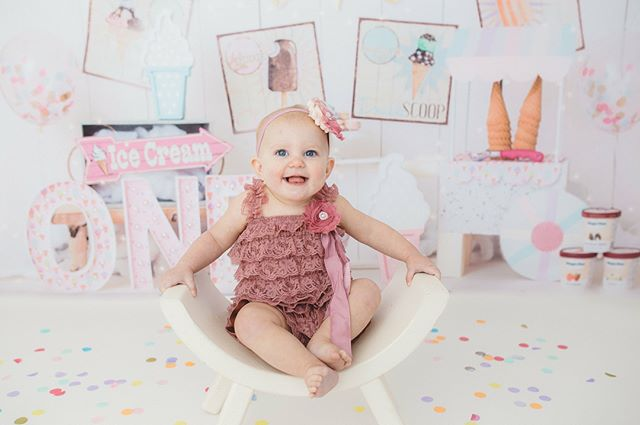 Even though I swear she was just born last week, the calendar tells me today is my baby girl's 1st birthday!!! 😭😭😭 We're having an ice cream party in January after the holidays so that was the theme of her cake smash. She LOVED it!!! Swipe to see more from our session and her cake! 🎂💖🍦 #annakat #1stbirthday #cakesmash