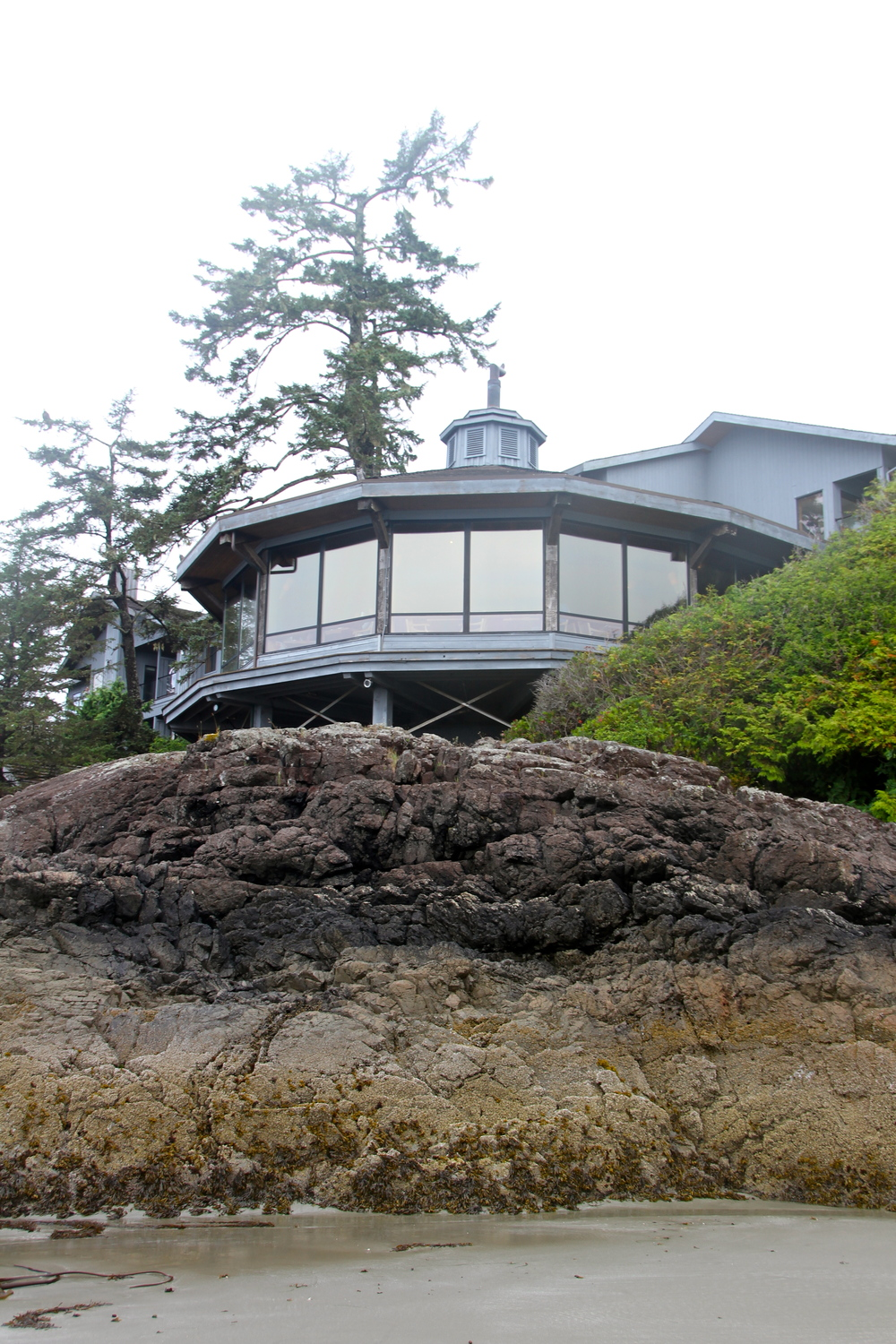 Low tide. The Wickaninnish Inn, Chesterman Beach, Tofino, BC, Canada.