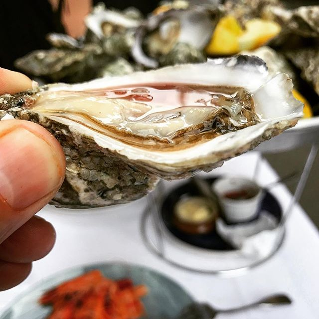 Belles poches!!! Diving deep into these lovely pockets @ Huitrerie Regis in St Germain. Mon dieu! #parisfood #oysters #stgermaindespres #slowfood #frenchfoodporn #frenchoysters
