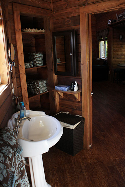 Cabin4_bathroom.jpg