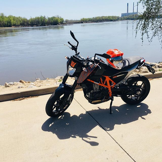Too beautiful of a day not to put a quick 150 miles on the #duke690 #ktm #ktmduke #sex90 #sexninety #690 #636690 #blackandorange #waterside #stcharlesmotorcycles #ktm690 #tattoosbyjon #midwestmoto