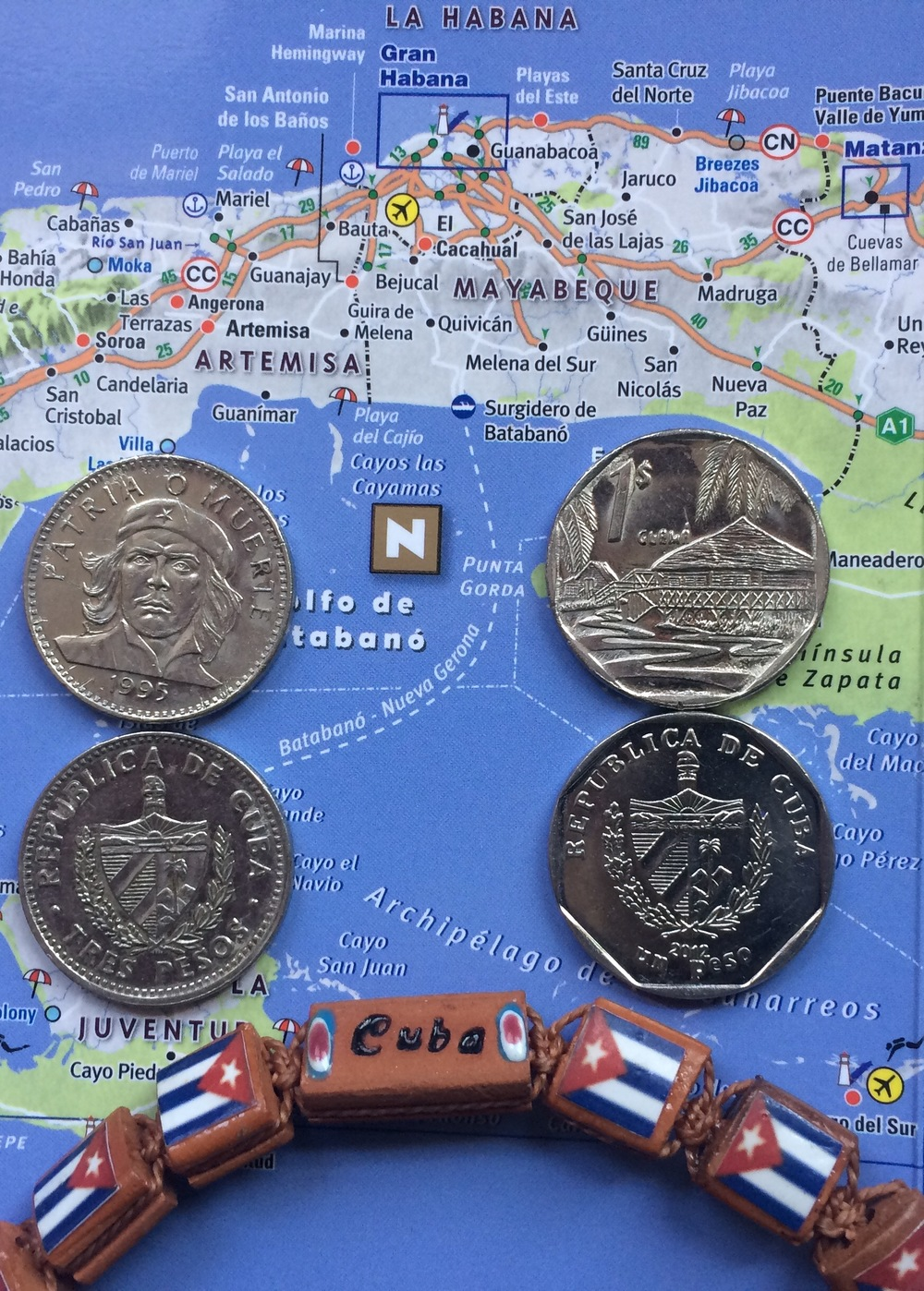 The Che 3 Peso (CUP) coin on the left; the 1 CUC coin on the right