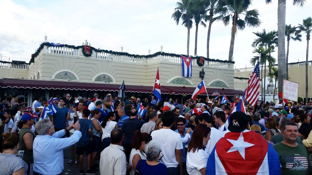 Throughout the weekend of Friday, Nov. 25, crowds gathered outside, Versailles — the iconic Cuban restaurant in Miami — to celebrate the death of Fidel Castro. (photo: Nicolás Antonio Jiménez)