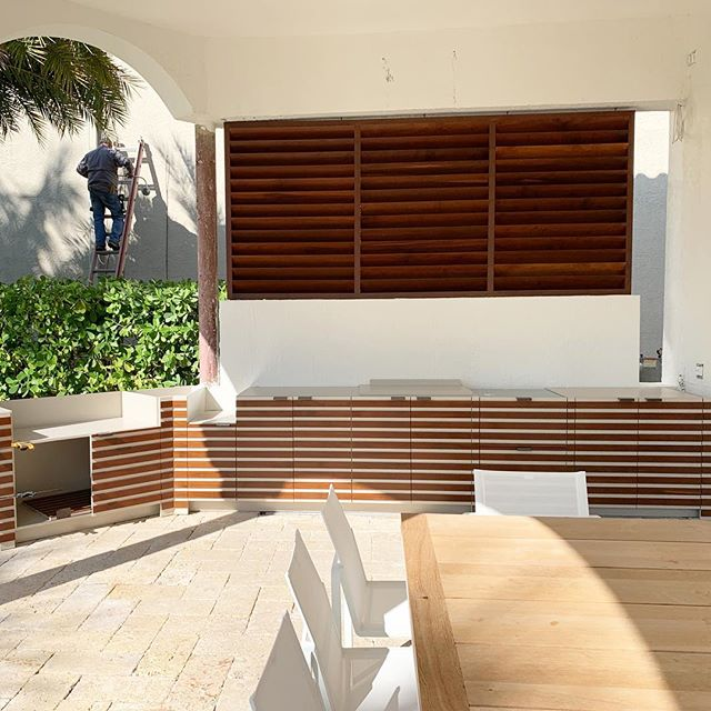 Custom Cumaru Louvers and Outdoor Barbecue in process. Designed by @cdbinteriordesign manufactured and installed #byblosgroup