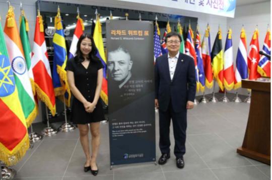 Chloe Kim and Ho Hwan Chun, President of the University of Pusan