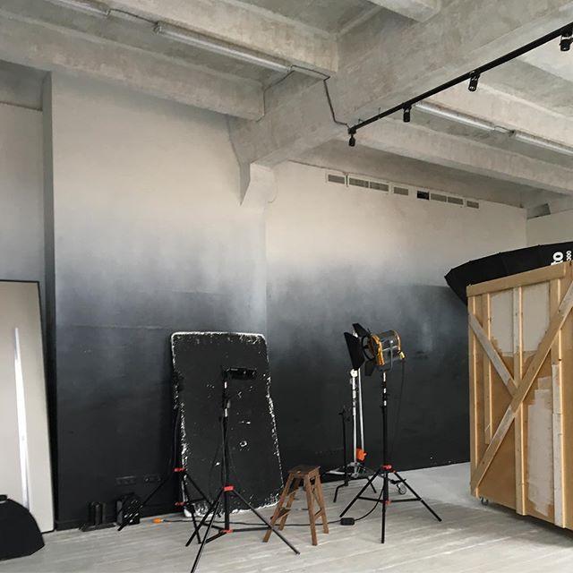 В @studio_212 есть чем заняться, даже если вообще не участвуете в съёмке, а просто кого-то ждёте. Есть и кафе, и куча интересного в коридоре, большие панорамные окна, огромные удобные подоконники. Мы очень любим такие пространства.