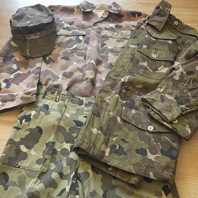 A couple Cloud Camouflage uniform pieces from my collection. The pattern is most commonly encountered on the reverse side of the US Mitchell/Oakleaf shelter halves and helmet covers. These examples however would have been made manufactured llocally within the RVN. Worn primarily by the CSDC (field police), RUFF/PUFFS (regional and provincial militia forces), LLBD (ARVN Special Forces) and these units US Advisors. Loving the tonal differences of these uniform pieces. Especially the ones where two different dye lots are used within one garment. #csdc #fieldpolice #whitemice #ruffpuff #llbd #specialforces  #arvn #cloudcamo #cloudcamouflage #mitchellcamo #RVN #vietnamwar #vietnamwarcamo #mitchellcamouflage #majorgeneralnguyenngocloan #NguyenNgocLoan #eddieadams