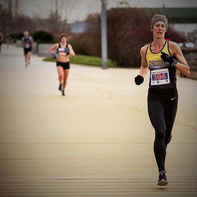 Chasing the first finish line of the year and looking forward to the next start-line! . 📷 @shannonbanalphotos 🐝 @honeystinger #icebreaker8k #fastisfun #PB #honeystinger