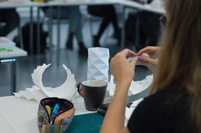 Folding Workshop | lecture by @lisa.klingersberger | #idlinz #kunstunilinz #industrialdesign #studentdesign #linz #origami #foldings #paperdesign photos by @silvesterkoe