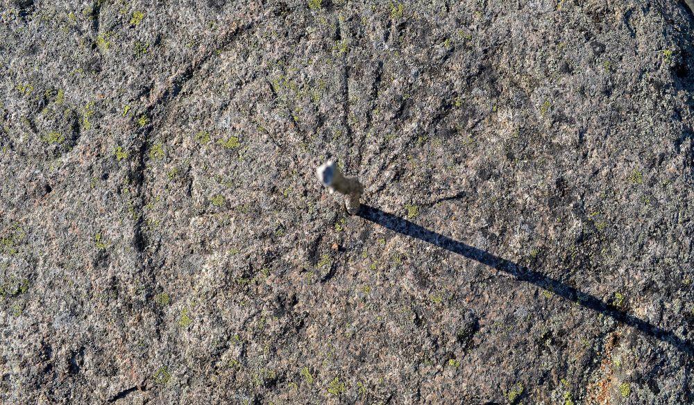Kalliosta voi vielä erottaa vanhan aurinkokellon.