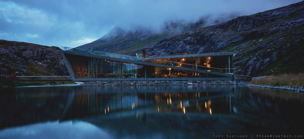Night view of the cafe at Trollstigen.