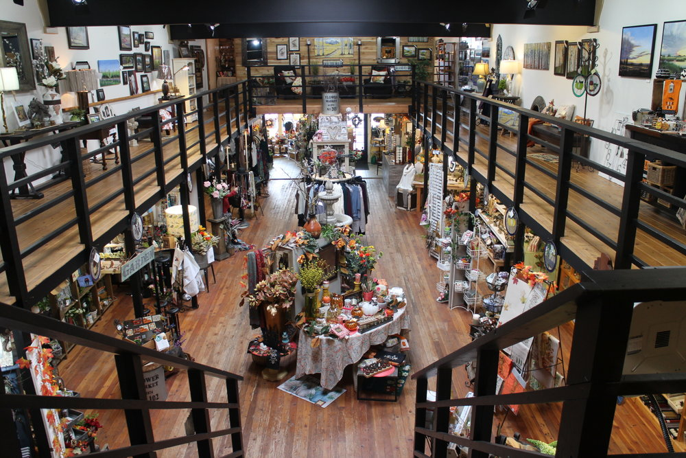 SHOPPING IN CHELAN - The shopping in downtown Chelan is just what you would expect from a lakeside community. Quaint boutiques with casual lifestyle clothing, swimwear, home decor and gifts, kitchen necessities, water toys, and an art gallery.