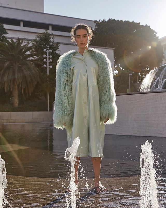 At the fountain. Model @robinvanhalteren Stylist @malinagirl16 HMUA @maddienorthmakeup Wardrobe @annakikiofficial @pakizzzle . . . #photographerinla #editorial #magazine #photoshoot #streetstyle #coat #glossier #model #fountain