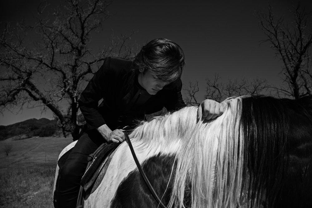 kat-kaye-sam-evans-luomo-vogue-hommes-lofficiel-2017-2018-horse-black-white.jpg