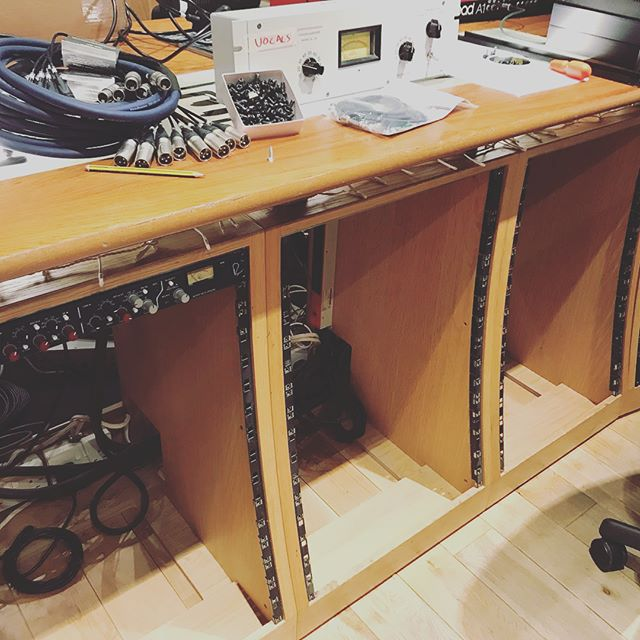 This week has been quiet so we took the opportunity to have a big sort out and rearrangement of the outboard racks. This was no mean feat and our highly talented staff engineer Mark did a fantastic job. The new line up represents the best of the studio standards with some lesser known gems thrown in there. It's all wired up and ready to receive your music! #recordingstudio #engineer #outboardgear #rackmount #gml8200 #manleymassivepassive #neve #api1608