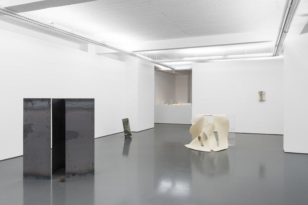 levar a cabeça aos pés , 2018, installation view.