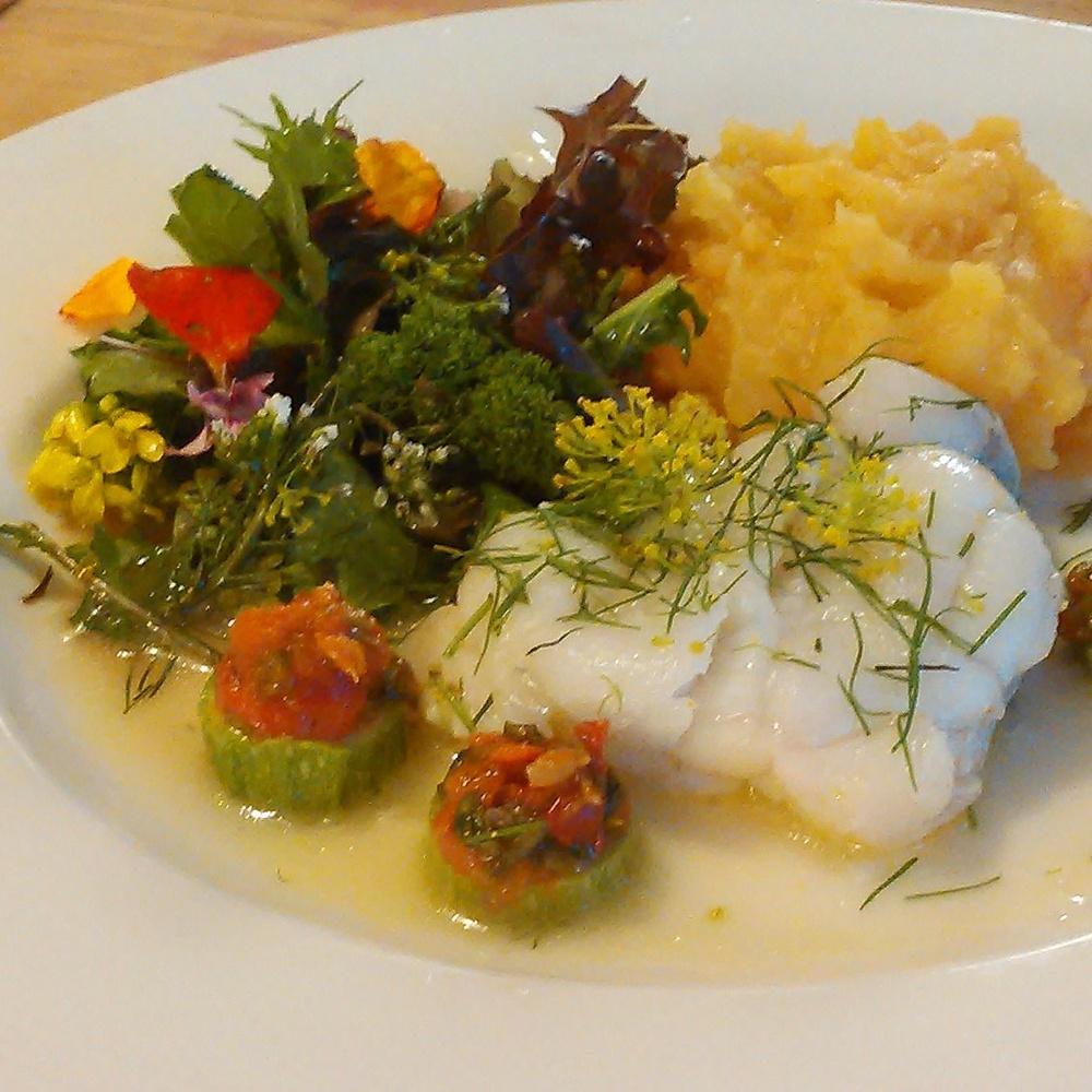 Breiflabb med dill og dillblomster,rotmos,salat med asiatiske salater,blomkarse, løvetann,gjetertaske blader og blomster. En fantastisk fermentert nype og vassarve blanding på toppen av squash biter.