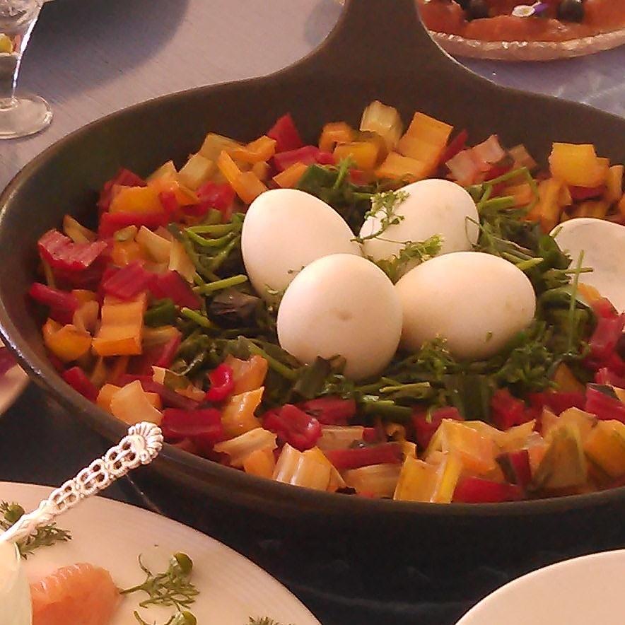 fire egg fra våre minihøner ligger på bedd av dampet vassarve,gjetertaske løk og mangold