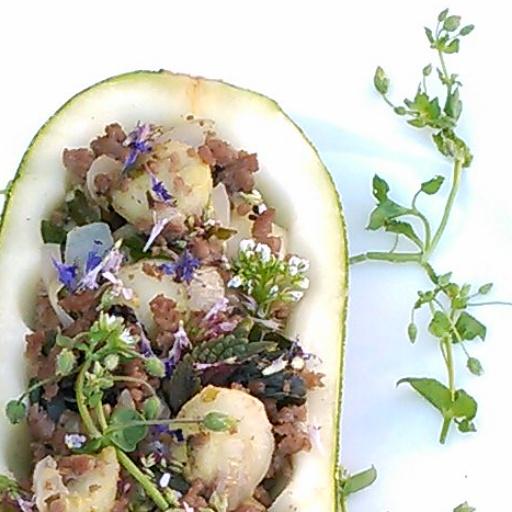 squash fylt med den utgravde squashen kjøttdeig, løk, shiso, isop,bergmynta og ryllik. Blomster av de samme vekstene og pengeurt og vassarve på toppen