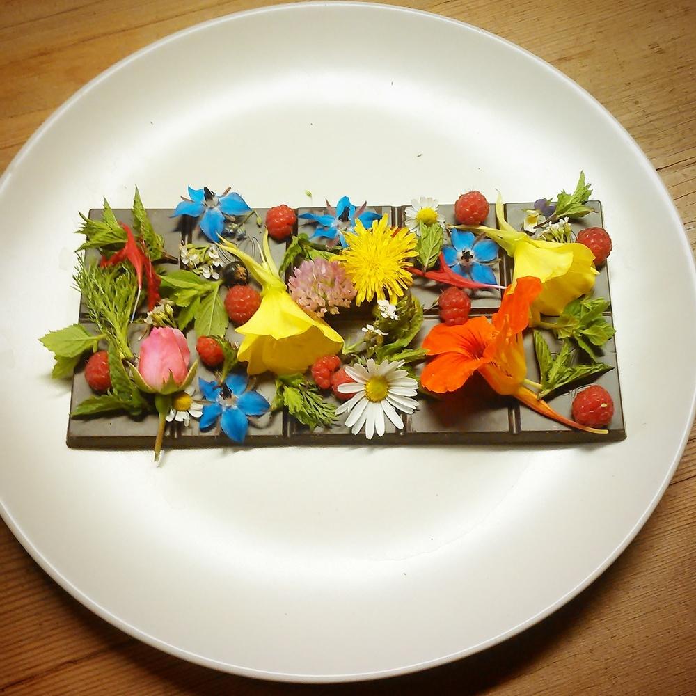Sjokoladeplate med villbringebær,blomster av balderbrå,tunbalderbrå,ryllik,forglemmegei,kløver,løvetann,fiol, rose, agurkurt, etasjeblomst, nattlys, blomkarse og noen blader av mynte og sitronmelisse ble bursdagskake til Inger :)