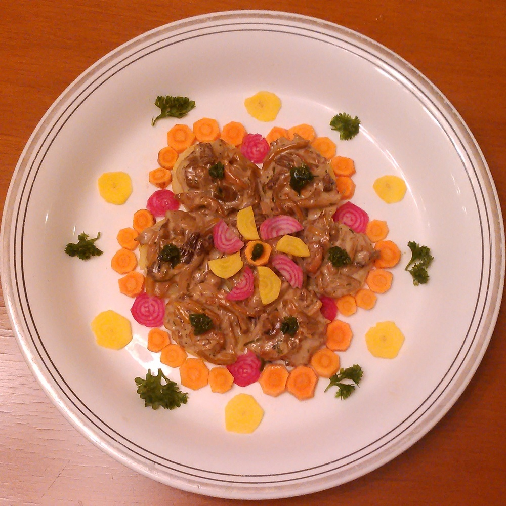Resten av helgens soppfangst; kantarell, traktkantarell og piggsopp krydret med salt, pepper, ramsløk, brennesle, skvallerkål, og groblad ligger på bed av potet. Dekorert med minigrønnsaker og smaker vidunderlig godt.
