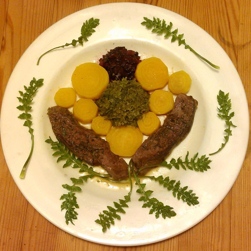 Smørdampet gjetertaske også idag. Denne gangen sammen med reinsdyrs mørbrad som er krydret med en krydderblanding med bl.a bjørk, ramsløk og ryllik. Gulbete, melkesyregjæret hyllebær chutney og blader av gjetertaske er det andre du ser på bildet.