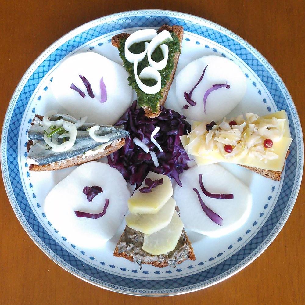 Middagsrester på brødskiva, traktkantarellstuing, nepe, brisling, ramsløkpure, ost, melkesyregjæret hvitkål og rødkål krydret med tyttebær og einebær