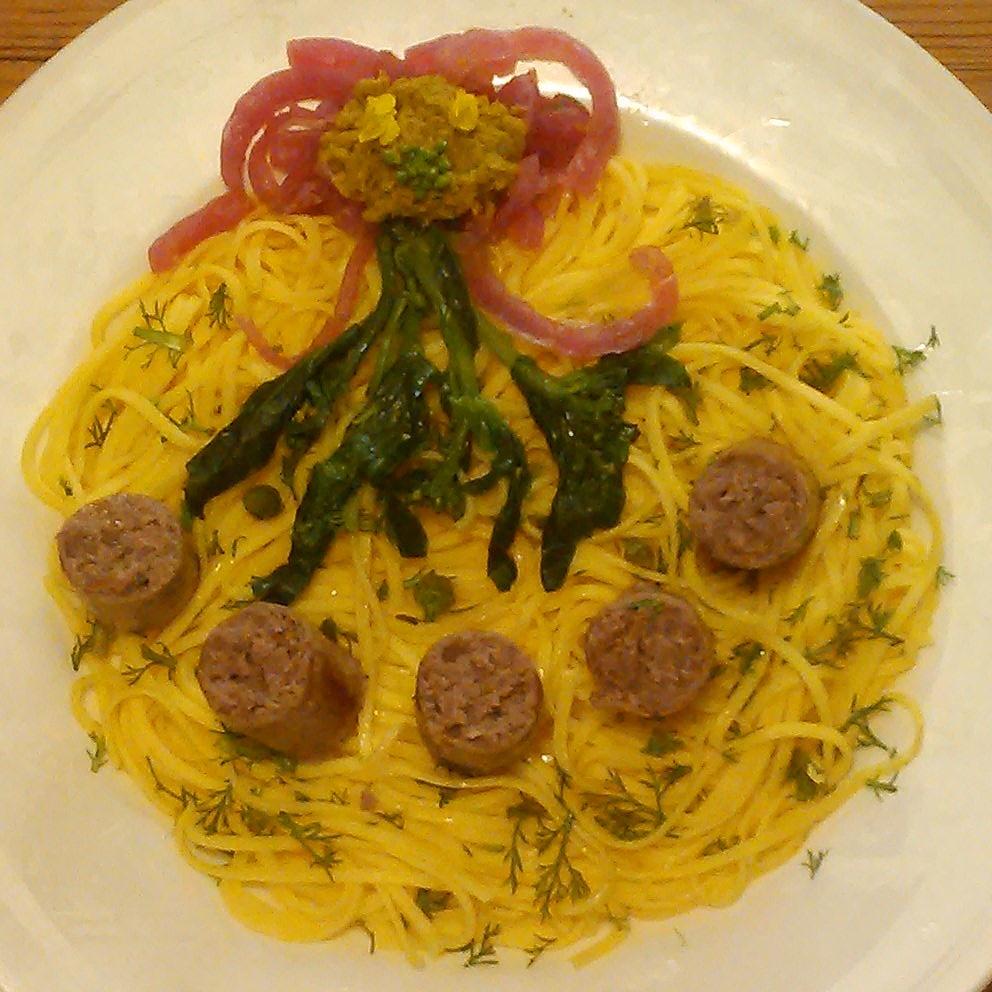Deilig pasta, smør og pølser krydret med steinsopp. Servert med fersk tunbalderbrå, kokt tatsoi og melkesyregjæret rødløk og en villsennep laget av russekålfrø.