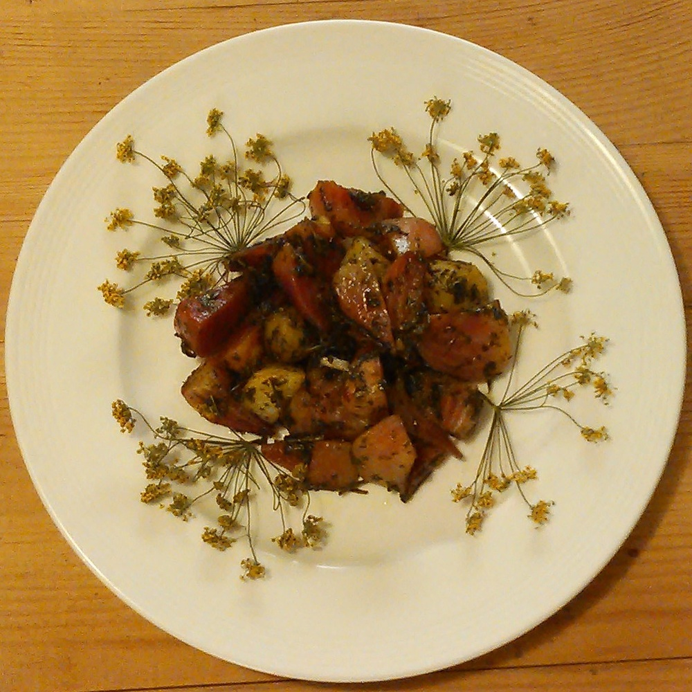 Ovnsbakte grønnsaker blir nydelig med masse tørket løvetann, brennesle, skvallerkål, ramsløk og bjørkeblad Dekorert med tørket fennikel blomst.